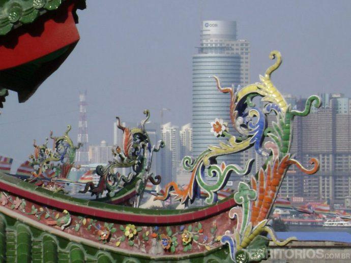 Detalhe de telhado chinês com Xiamen ao fundo
