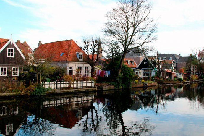 Apesar de ser emancipada desde 1357, a cidade mantêm sua característica de vilarejo onde todos se conhecem e se cumprimentam ao se encontrar