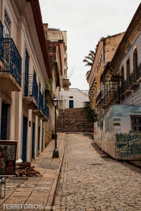 Casas coloniais e escadaria