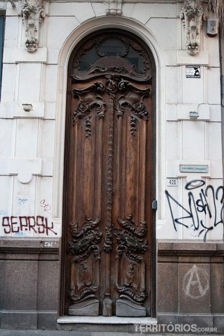 Preste atenção às portas, uma mais linda que a outra
