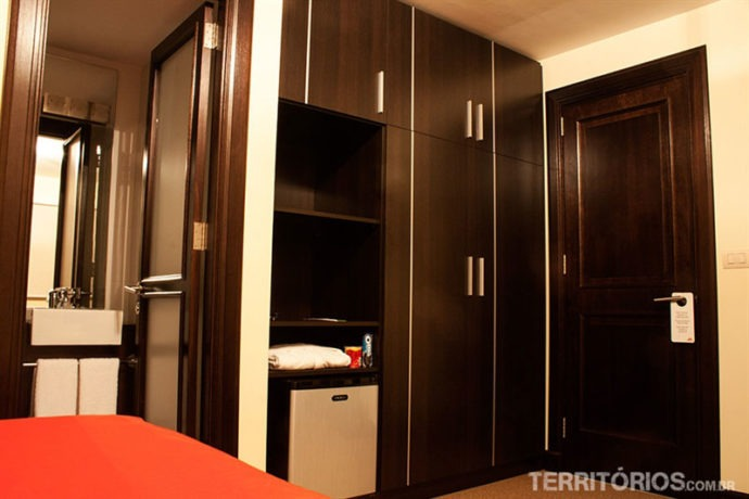 Espaço nos armários, televisão e frigobar