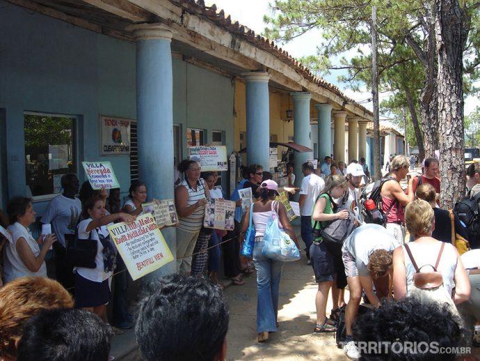 Cubanos pedindo esmola e oferecendo serviços aos estrangeiros em tom de desespero