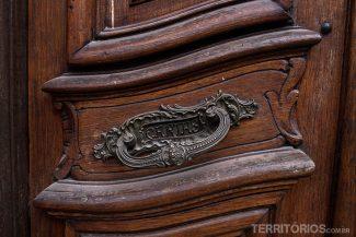 Detalhes nas portas no Destino: Montevidéu
