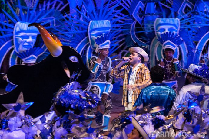 O Apresentador (Júnior Paulain) cantando para o Boi Caprichoso