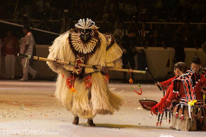 O ritual atinge a apoteose quando o Pajé (André Nascimento) entra em cena