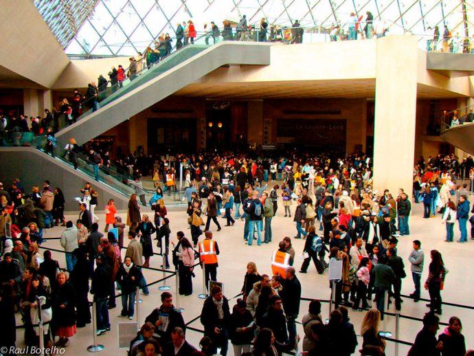 Fila para ingresso no Louvre