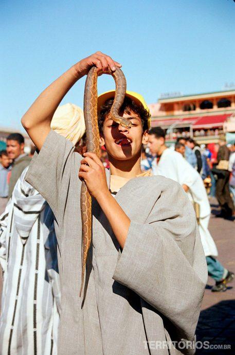Brincando com cobras napraça Djema El Fna - Marrakech como nos filmes