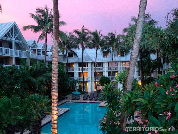 Resort com lindo céu avermelhado ao pôr-do-sol