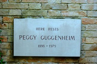 Placa no acervo pessoal de Peggy