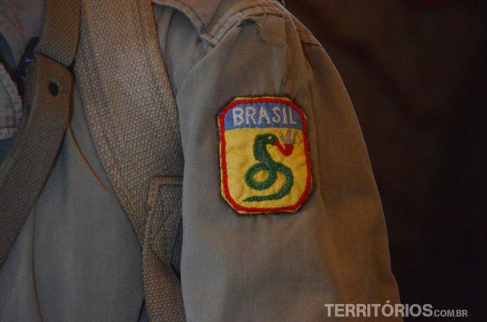 O brasão: é mais fácil ver uma cobra fumando do que o Brasil entrar na Guerra