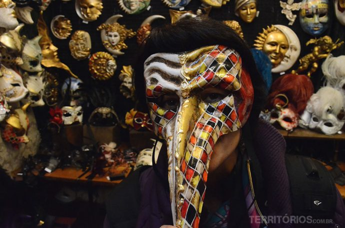 Provando as mascaras de Veneza