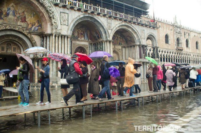 Em dia de chuva turistas se aglomeram nas passarelas em Veneza