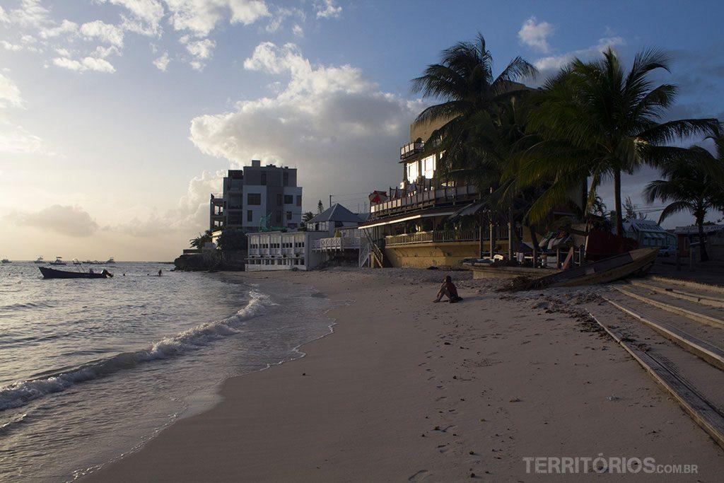 A praia tranquila durante o pôr do sol