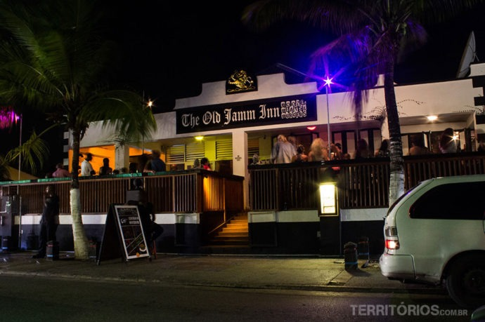 Bar de reggae com música ao vivo