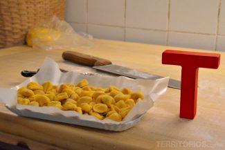 Passamos uma tarde tendo aula de pasta com uma nona italiana em Bolonha