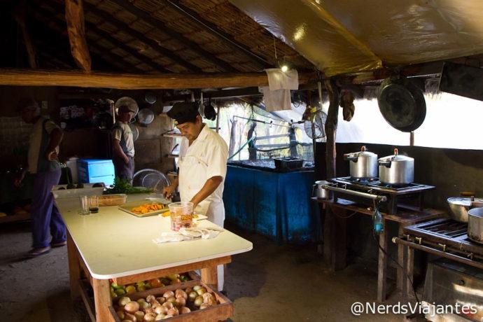 A cozinha e Nelson preparando o almoço