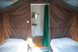 Banheiro privativo no interior da barraca
