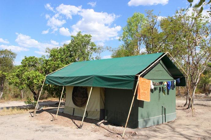 Banheiro acoplado na barraca com encanamento e varal