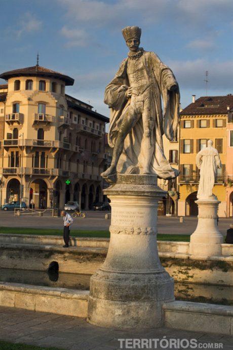 Esculturas no Prato della Vale, a maior praça da Europa