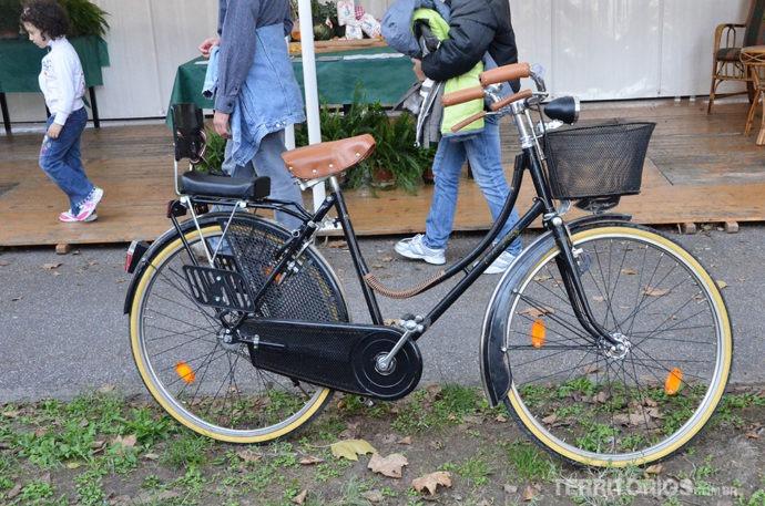 Bicicletas por todos os lados na Itália. Esta parada na praça de Bondeno