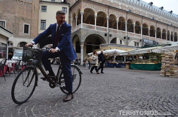 Praça central em Padova e ciclista