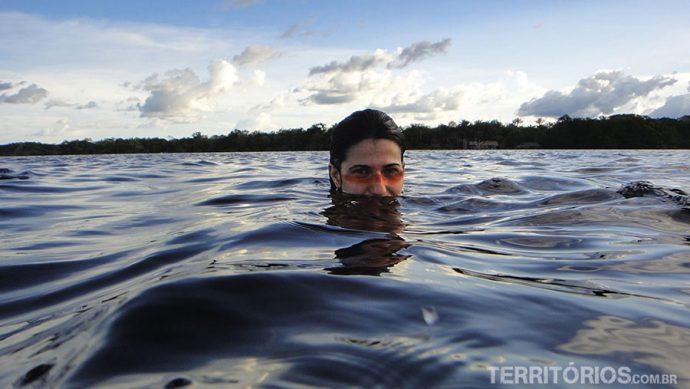 Banho nas águas escuras do Rio Juma