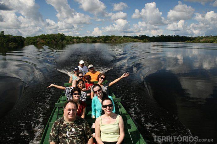 Jornalistas, blogueiros e turistas passeando no rio Juma