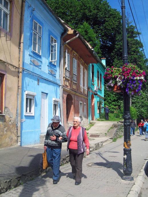 Rua e pessoas em Sighisoara