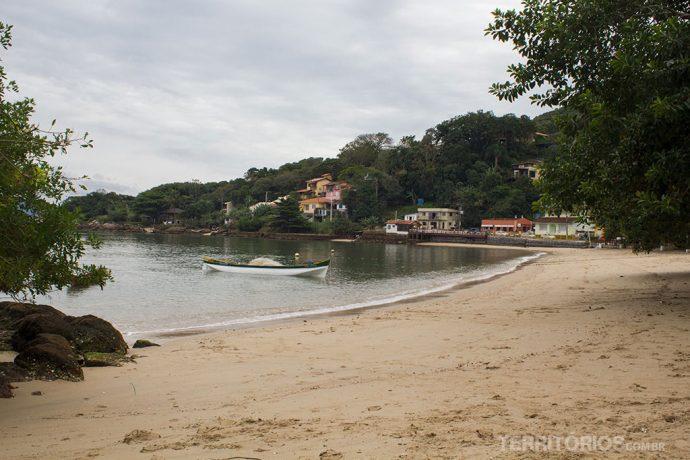 Praia tranquila em Sambaqui