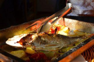 Peixe fresco do dia: o garçom trouxe o peixe cru e eu escolhi o que queria