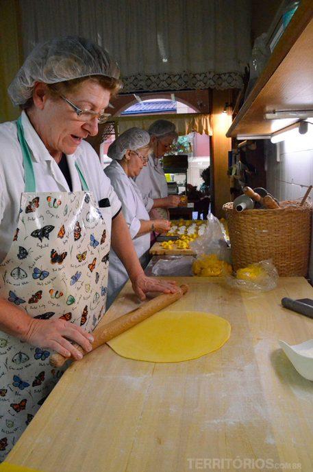 Passando o rolo e ensinando enquanto as outras colocavam recheio tortellino por tortellino