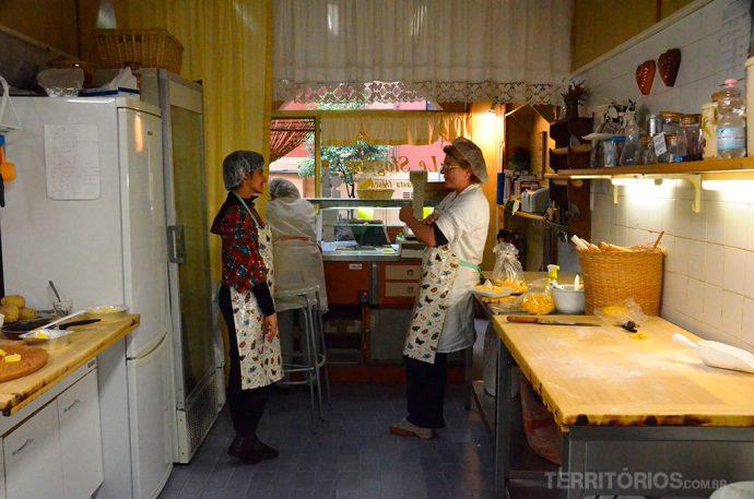 Conversando com Mônica na cozinha do Le Sfogline