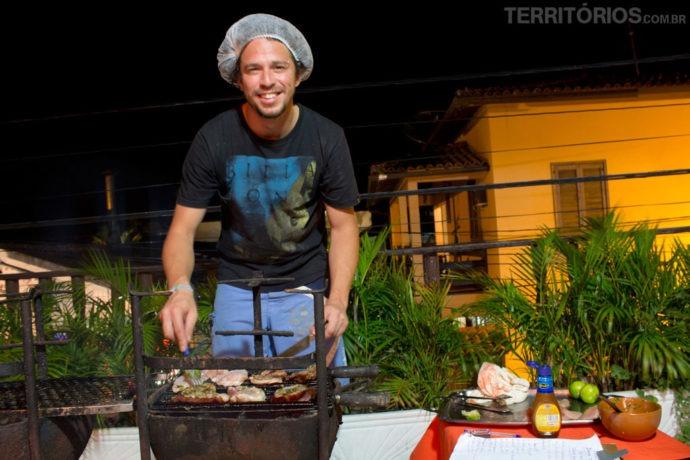 Chef argentino preparando o churrasco