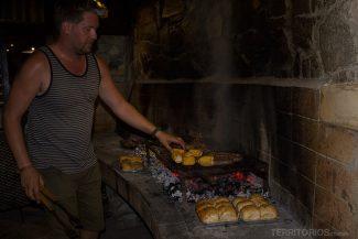 O churrasqueiro Alex preparando um Braai delicioso