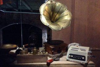 Objetos antigos em exposição no Santo Graal