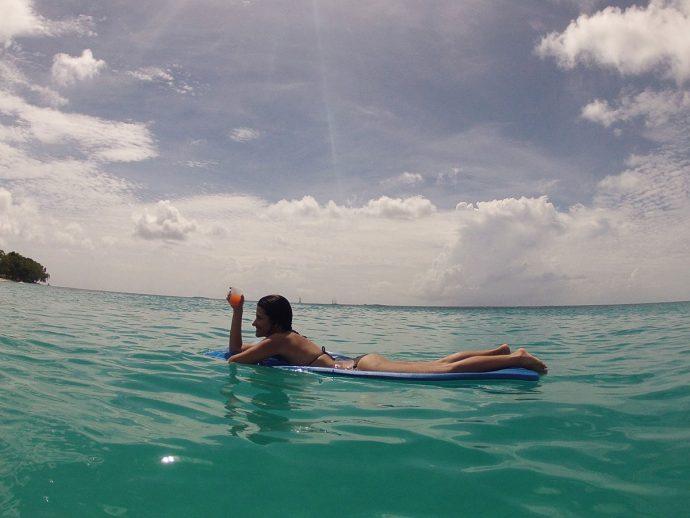 Mesentindo poderosa em alto mar depois de alguns rum punch