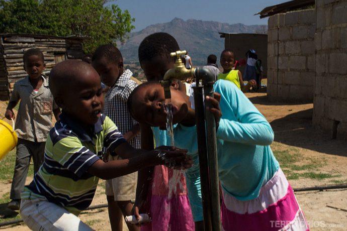 Crianças felizes tem água potável em escola rural