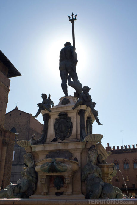 Fontana del Nettuno inspirou a Maserati (tridente)