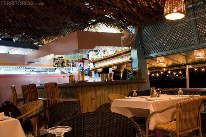 Pra quem vê de fora, restaurante parece uma barraca de pescador na beira da praia