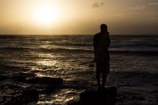 Apenas os pescadores locais no nascer do sol