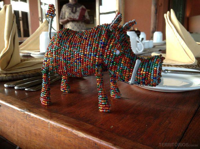 Artesanato em miçanga explora temas como fauna, flora e cultura local