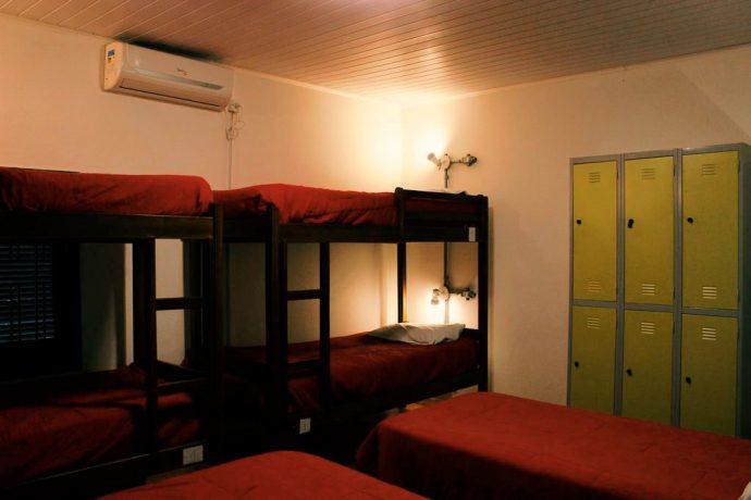 Dormitório feminino com banheiro