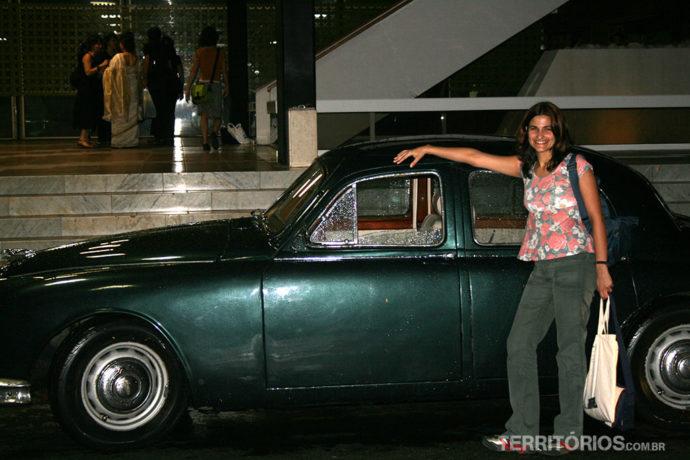 O Jaguar é de um novo amigo. É lindo por dentro com detalhes em madeira de verdade, uma bússola no retrovisor e um aparelho de mp3