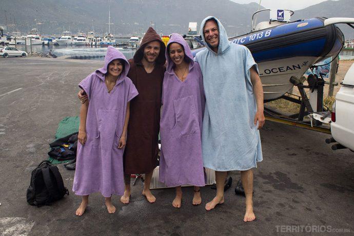 Eu, Guilherme, Cris e Steve trocando de roupa no estacionamento do porto