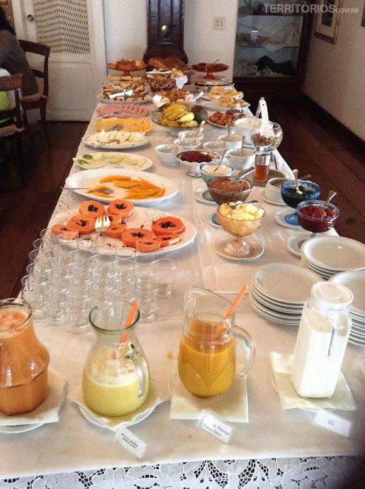 Mesa do café da manhã servido na Pousada Mondego