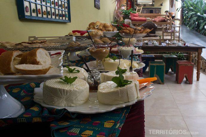 Uma das mesas de buffet do café da manhã