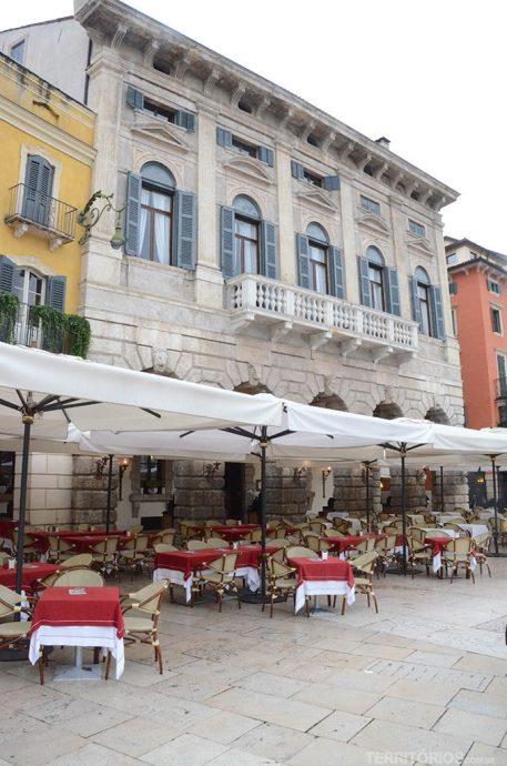 Agradável sentar nos restaurantes das praças, observar o movimento e fazer o que de melhor se faz na Itália: comer