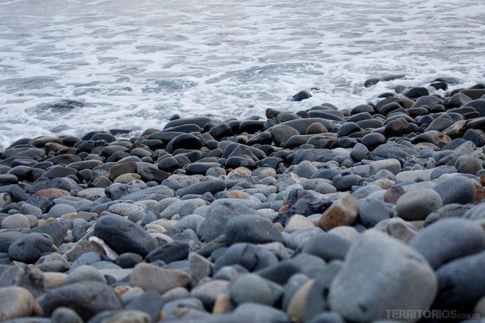 Terapia catar pedras e conchinhas na beira da praia