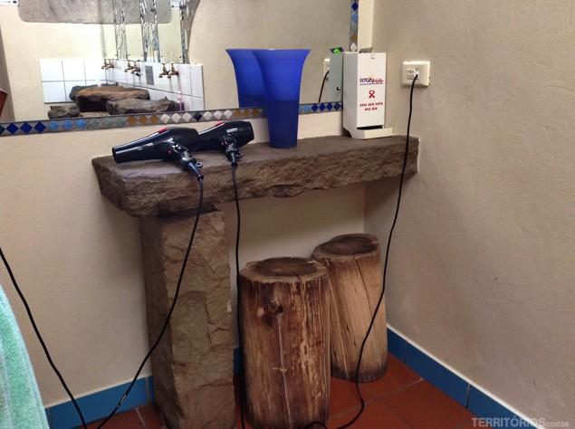 O banheiro coletivo feminino tem secador de cabelo e camisinhas de graça
