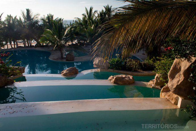 8 piscinas formam cascatas até a beira da praia
